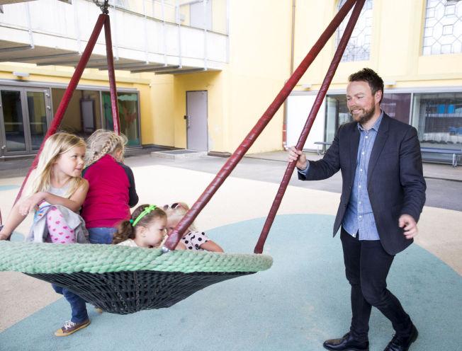 <p>LEKER: Barna Kaja R. Lilletun (5,5 år), Alva Uno Moe (6,5 år), Julie Kutsukake (2,5 år) og Erle Uno Moe (4 år) fikk besøk av kunnskapsminister Torbjørn Røe Isaksen i Margarinfabrikken barnehage.<br/></p>