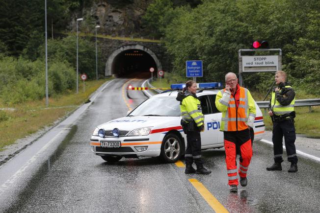 RØDE BLINK: Gudvangatunnelen er stengt på ubestemt tid etter bussbrannen tirsdag.
