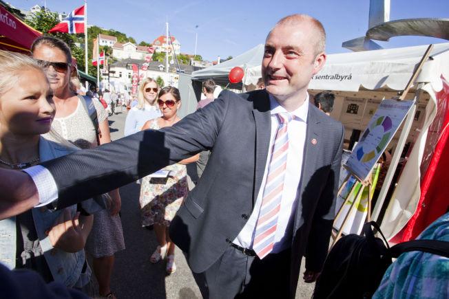<p>PÅ VELGERJAKT: Arbeids- og sosialminister Robert Eriksson har drevet valgkamp i Arendal de siste dagene.</p>