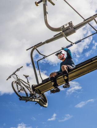 <p>SYKKELHEIS: Ole Tangnæs fra Trysil er på vei opp Fjellekspressen for å sykle på stiene fra toppen av skianlegget der.<br/></p>