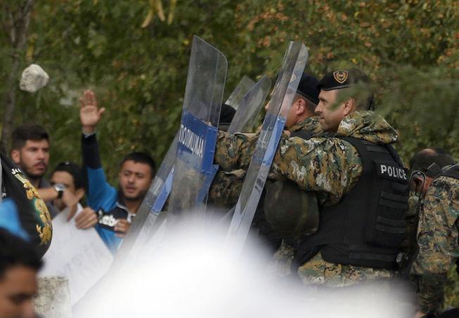 <p>VOLDSOMT: Opprørspoliti tok dratiske grep ved Makedonias grense til Hellas i dag.<br/></p>