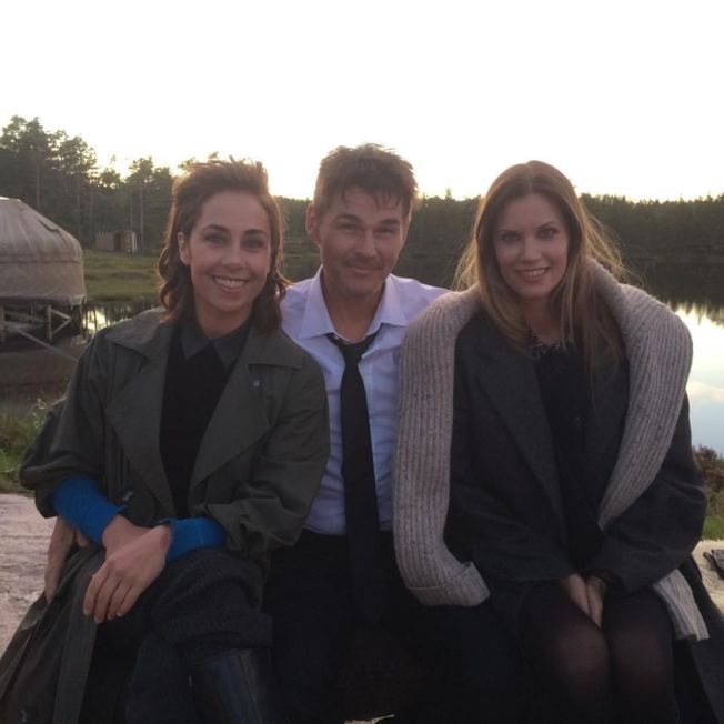 <p>SKANDINAVISK TRIO: Her er Morten Harket flankert av danske Sofie Gråbøl og svenske Frida Farrell under innspillingen av videoen til «Under The Makeup» dypt inne i de telemark'ske skoger.<br/></p>
