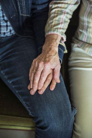 """<p>TETT KNYTTET: Trym Sivesindtjaet (18) har et brennende engasjement for god eldreomsorg. Her holder han oldemoren godt i hånden.</p><p><i><br clear=""""all""""/></i></p>"""