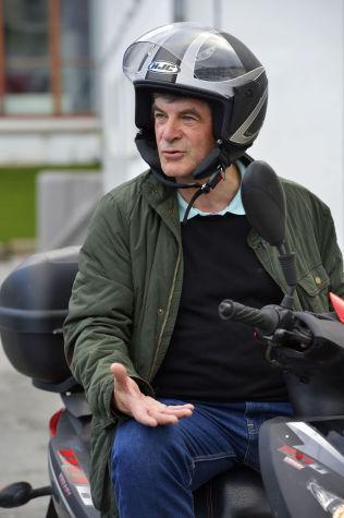 <p>PÅ «KNALLERTEN»: Jakobsen kjører scooter til og fra jobb.</p>