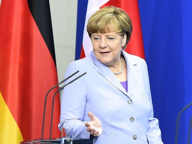 <p>HYLLES OG HATES: Tysklands statsminister Angela Merkel hylles av syrere for sitt regelunntak for syriske asylsøkere. Samtidig blir hun kalt forræder av innvandringsfiendtlige ekstremister.</p>