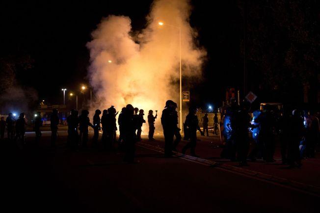 <p>OPPTØYER: I august oppstod voldelige opptøyer rundt asylmottaket i den øst-tyske byen Heidenau. Her sikrer lokalt politi mottaket fra høyreradikale demonstranter.<br/></p>