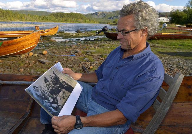 <p>GAMLE MINNER: Hansson kikker på et gammelt bilde fra Altaaksjonen. I midten stikker hans eget, krøllete hode frem.</p>