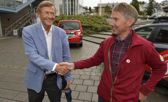 <p>RØDTS MANN I NORD: «Jasså, du har blå jakke på deg», fleiper Rødts Jarle Ingvald Olsen da han hilser på Aps Jarle Aarbakke.<br/></p>