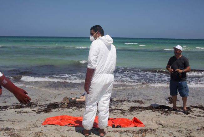 <p>TRAGEDIE: Dette er en av de tragiske scenene den lokale fotografen Mohamed Ben Khalifa så da han kom til stranden i Zuwara fredag morgen.</p>