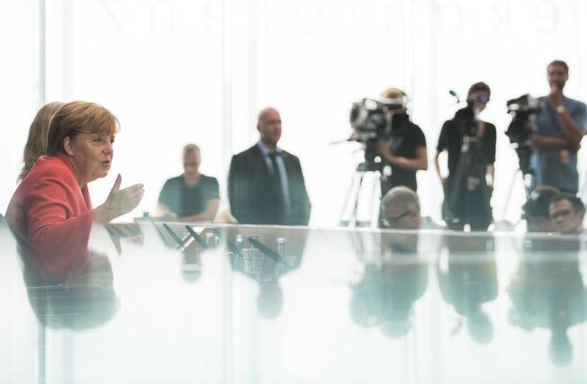 <p>OVERLÆRER: Kansler Angela Merkel på sommerens pressekonferanse mandag.</p>