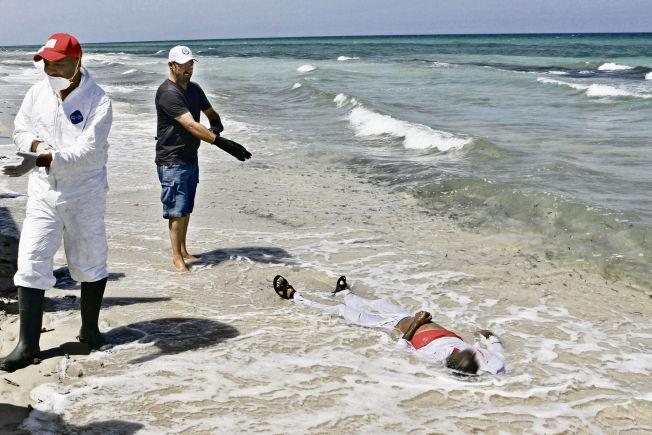 <p>NÅDDE ALDRI EUROPA: Slik endte fluktforsøket til en av flyktningene på vei til Europa, på stranden vest i Libya. Dette er hverdagen for de frivillige som jobber med å samle opp døde langs Libyas strender. Foto:</p>