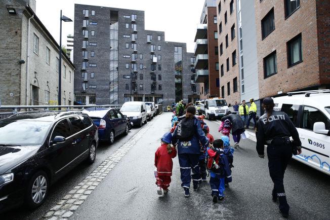 <p>EVAKUERT: Barnehagebarna fra Kværnerbyen blir fraktet bort fra flommen.<br/></p>