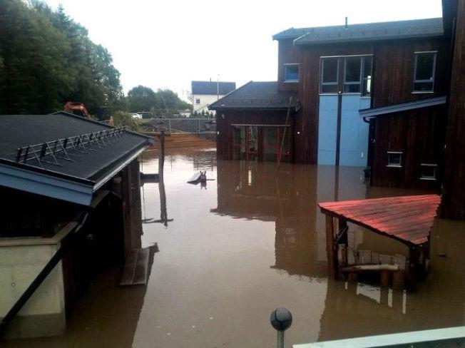 <p>BARNEHAGE UNDER VANN: 139 barn er evakuert fra Munkebekken Idrettsbarnehage på grunn av flom.</p>