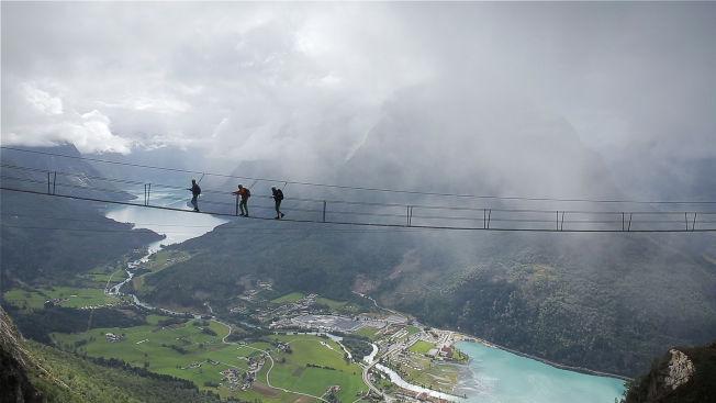 <p>TURISTMAGNET: Via Ferrataen på fjellet Hoven, med den 120 meter lange hengebroen, er en stor turistmagnet for Loen i Nordfjord. Foto: FALKEBLIKK<br/></p>