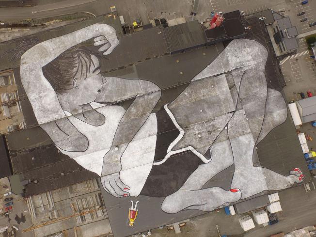 <p>ENORMT KUNSTVERK: «Lilith og Olaf» dekker store deler av det enorme taket til entreprenørselskapet Block Berge Bygg.<br/></p>