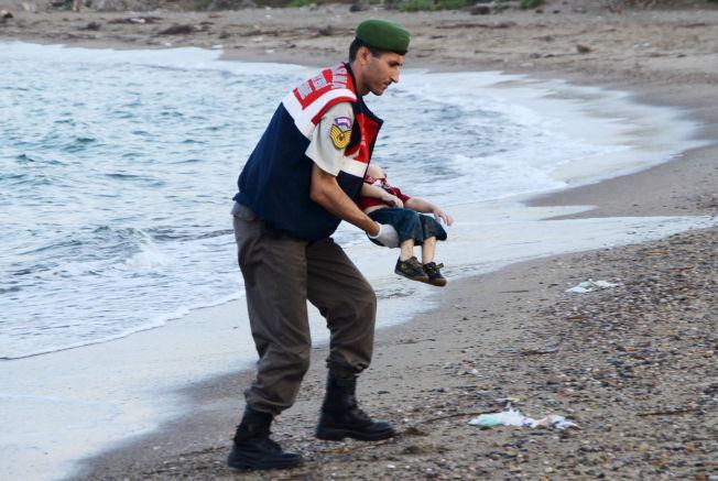 <p>DRUKNET PÅ FLUKT: Her blir den tre år gamle gutten - en syrisk flyktning - båret bort av tyrkisk militærpoliti-personell. Gutten ble funnet ved Bodrum i Tyrkia.<br/></p>