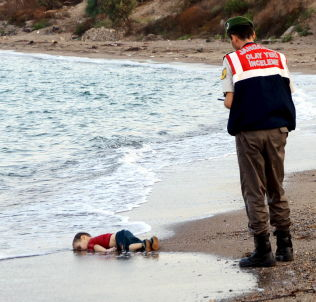 <p>FUNNET PÅ STRANDEN: Den tre år gamle syriske gutten ble funnet utenfor Bodrum i Tyrkia. Tyrkisk militærpoliti-personell tok hånd om ham.<br/></p>
