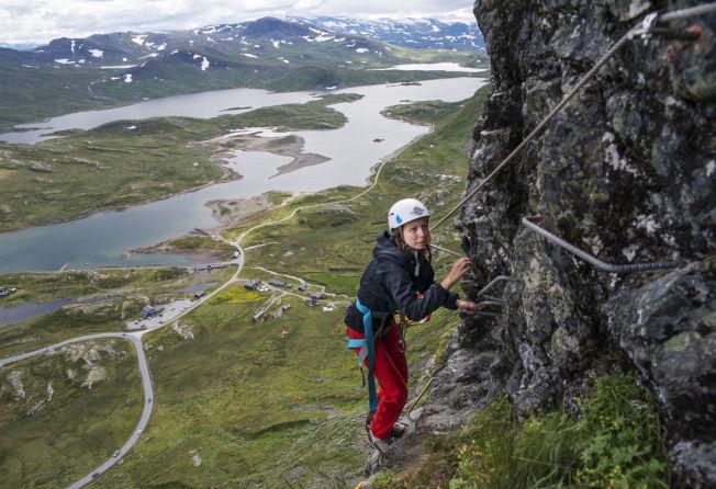 <p>FUGLEPERSPEKTIV: Jo høyere Cathrine Becker (16) klatrer, jo mer kan hun se Bygdinvannet i fugleperspektiv.<br/></p>