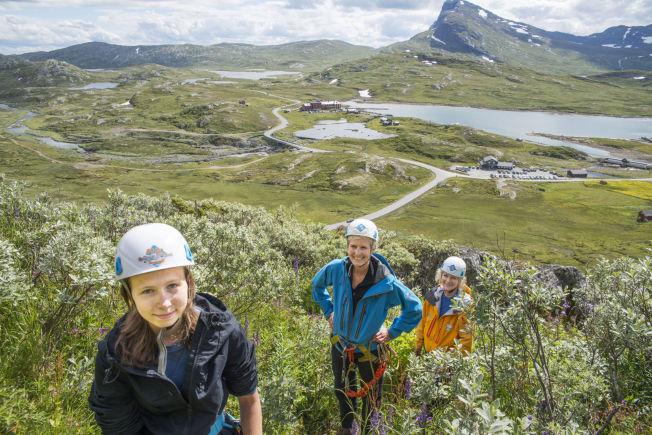 <p>NATUROPPLEVELSE: Camilla Bcker (I midten) liker naturopplevelsen.</p>