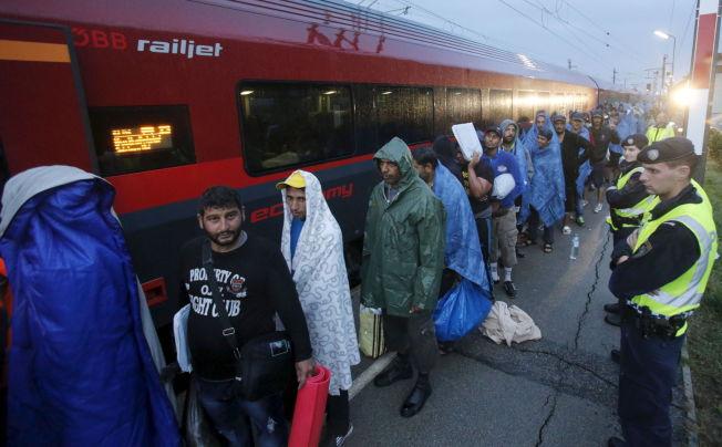 <p>TYSKLAND NESTE: Flyktninger står i kø på stasjonen i Nickelsdorf i Østerrike, mens de venter på å gå om bord i toget mot Tyskland. Dette er målet for de fleste av de som i morges fikk krysse over grensen mellom Ungarn og Østerrike.<br/></p>