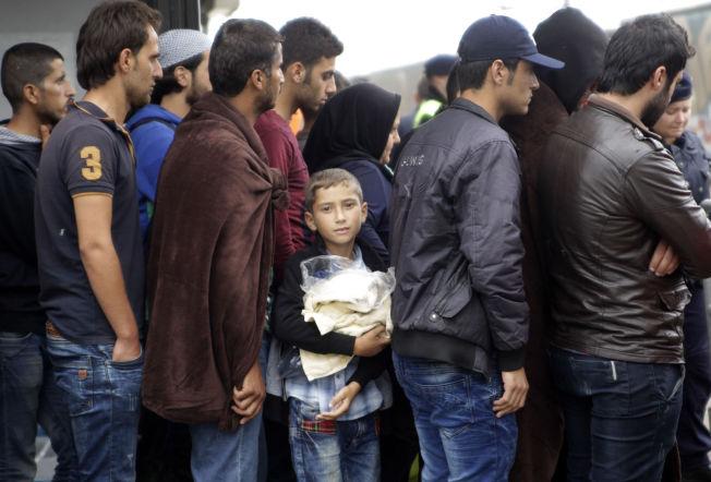 <p>I ØSTERRIKE: På stasjonen i Nickeldorf, rett over grensen fra Ungarn, stiller flyktninger seg i kø for å ta tog videre til Tyskland.<br/></p>