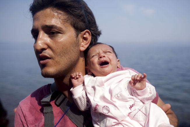 <p><b>BÅTFLYKTNINGER:</b> En syrisk mann holder sin månedsgamle datter etter å ha blitt reddet i land utenfor den greske øya Lesvos.</p>