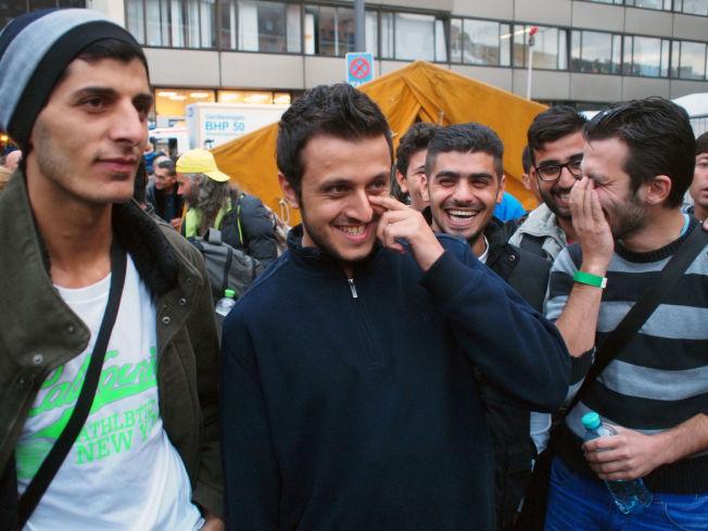 <p>SMIL OG LATTER: Talal (i midten) og vennene hans måtte le da de så hvordan de ble tatt imot utenfor jernbanestasjonen i München. I sterk kontrast til hva de opplevde i Budapest.<br/></p>