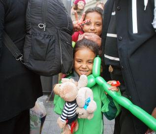 <p>FIKK LEKER: Mange av de fremmøtte i München hadde tatt med godteri og leker de mange barna som har flyktet fra krigen i Syria.<br/></p>