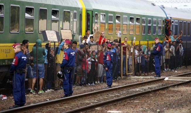 <p>NEKTET Å FORLATE TOGET: Etter å ha blitt lurt inn i toget som tok dem til en interneringsleir utenfor Budapest, nektet flyktningene å gå av. Til slutt vant de frem med protesten og fikk lov til å reise videre mot Tyskland.<br/></p>