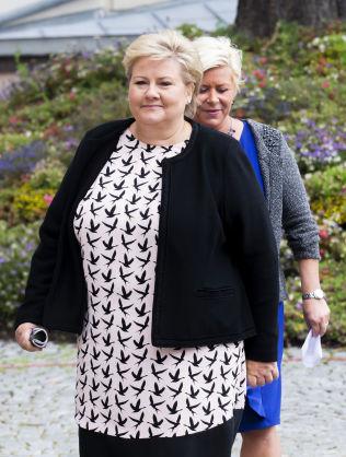 <p>BAK LUKKEDE DØRER: Statsminister Erna Solberg og finansminister Siv Jensen møtte pressen i forkant av regjeringens budsjettkonferanse på Statsministerens kontor i midten av august.</p>