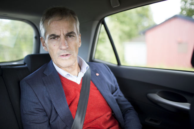 <p>BER REGJERINGEN BREMSE NED: Arbeiderparti-leder Jonas Gahr Støre, her i en bil fra Oslo lufthavn til Mogreina skole i forbindelse med valgkamptur fredag denne uken.<br/></p>