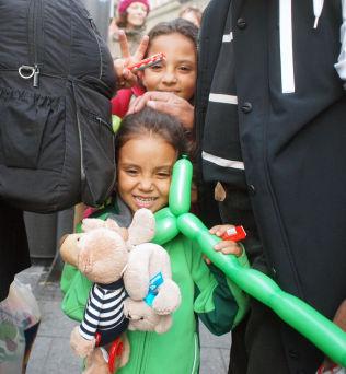 <p>FIKK GAVER: Disse to syriske jentene fikk ballonger og bamser av ukjente mennesker som hadde møtt opp på jernbanestasjonen i München lørdag, for å ønske flyktningene velkommen.</p>