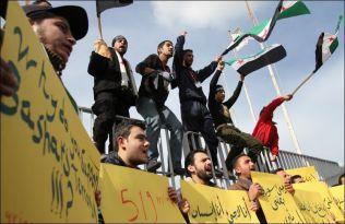 <p>DEMONSTRERER: Syriske flyktninger med flagg fra den syriske opposisjonen demonstrerer med krav om bedre levekår foran kontoret til FNs høykommissær for flyktninger i Tripoli nord i Libanon. Foto: REUTERS</p>