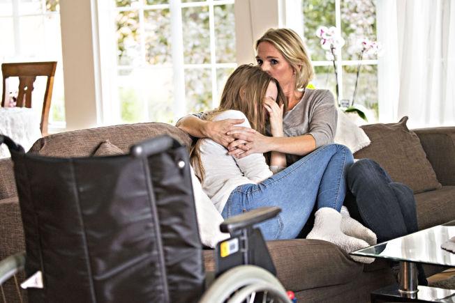 <p>ALVORLIG SYK: Maria Lysaker Wennersberg (18) og hennes mor Rita Lysaker hjemme i Mysen. Maria må bruke rullestol til å komme seg rundt, og har fått diagnosen POTS, etter at hun tok HPV-vaksinen.<br/></p>