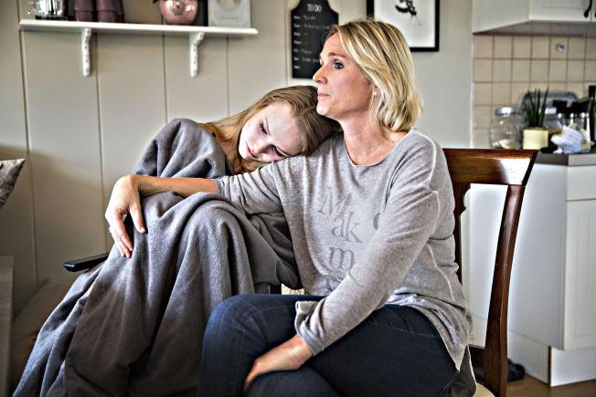 <p>FÅR IKKE LOV: Rita Lysaker er sykepleier, og har ønsket å behandle datteren hjemme med en saltvannsoppløsning, anbefalt av den danske overlegen Jesper Mehlsen. Foreløpig har hun ikke fått mulighet til å gjøre det. Også da VG møtte de to, var Maria nær ved å besvime.<br/></p>