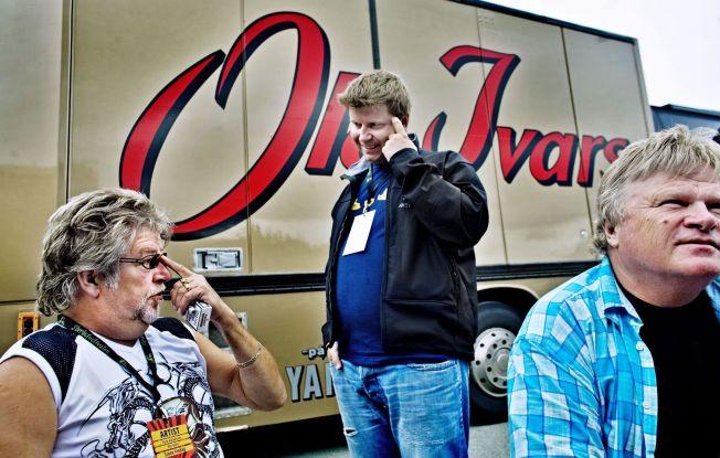 <p>NEDBETALT: Ole Ivars på Storåsfestivalen. Are Sende Olsen tar en prat med Tore Halvorsen og William Kristoffersen. Bandbussen er i dag nedbetalt. Foto: Øyvind Nordahl Næss</p>