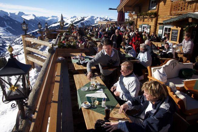 <p>KOSELIG: Ute-lunsj hører med på skiferie i Alpene. Dette er fra Panorama Alm i Saalbach-Hinterglemm.</p>