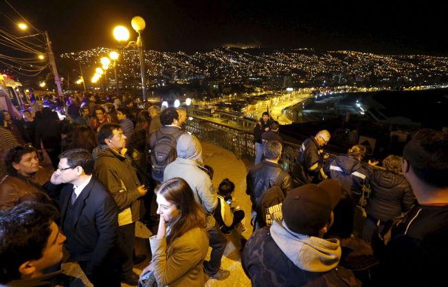 TILFLUKT: Hundrevis av mennesker har søkt til fjelltoppet Cerro Baron, og ser her utover Valparaíso.