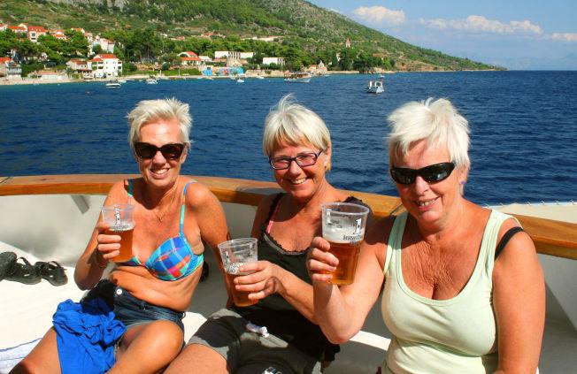 <p>PÅ BØLJAN BLÅ: Drammen-venninnene Liv Solberg (t.v.) Ann-Mari Stadskleiv og Ellen Solberg har tatt båten ut til badeøya Brac. Reisevenninnene drar helst til steder med sjø og strand.</p>