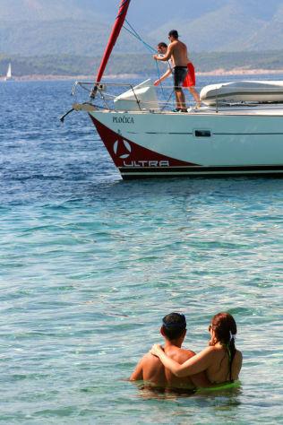<p>TURKIS VANN: Zlatni Rat-stranden på sørsiden av øya Brac er stedet å dyrke kjærligheten. Og seilkunsten.</p>