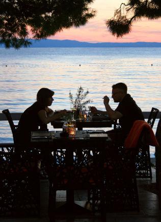 <p>KVELDSKOS: Alle kystbyene har sin strandpromenade, som omformes til romantiske møtesteder når kveldsmørket siger på.</p>