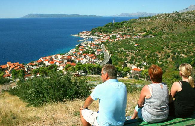 <p>LITT AV EN UTSIKT: Åsene rundt de kroatiske kystbyene byr på gode tur- og utfluktmuligheter. Ovenfor turistbyen Podgora har du fantastisk utsikt over øyriket.</p>