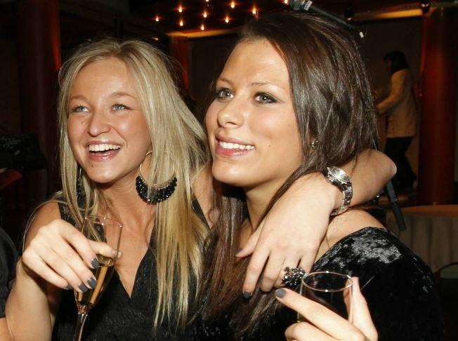 <p>FEIRET EM-GULL: Stine Bredal Oftedal og Nora Mørk har opplevd suksess i Danmark før. Her feirer debutantene EM-gullet for fem år siden. I VM får duoen hovedroller.<br/></p>