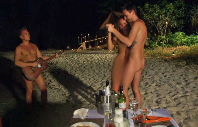 <p>OMSTRIDT: Erno Nieminen spiller gitar, mens Sandra Hauge og André Forsberg danser på stranden i første episode av «Adam søker Eva».<br/></p>