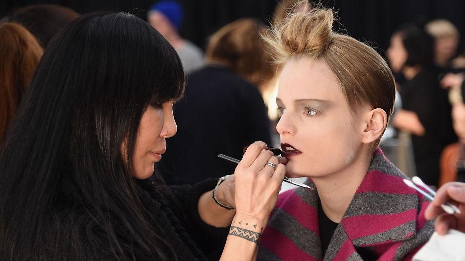 efca42b9 MØRKE LEPPER: En modell blir sminket backstage på Marc Jacobs-visningen i  New York