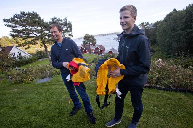 <p>DELVIS ØDELAGT: Christoffer og Sebastian viser frem redningsvestene de hadde på seg da de kjempet i bølgene. – Min trenger nok noen nye patroner, smiler Sebastian.</p>