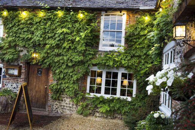 <p>ERKEBRITISK PUB: Puben The Fox Goes Free i Chichester er også et overnattingssted. Her har man servert øl i 400 år.</p>