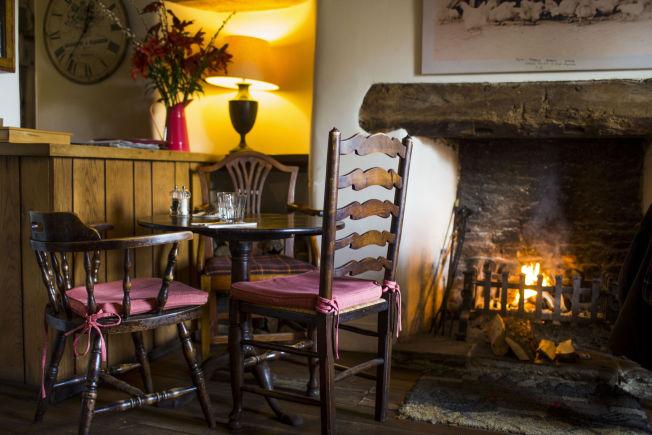 <p>PEISKOS: På puben The Swan Inn i Swinbrook brenner det i peisen, noe som er vanlig på engelske puber.</p>