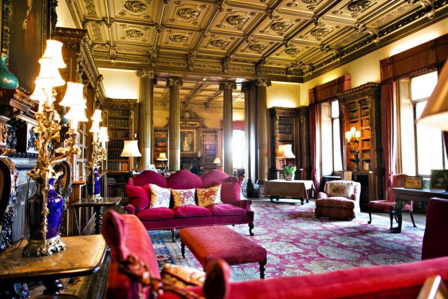 <p>STASELIG PÅ SLOTTET: Stuen i Highclere Castle ser ut som i tv-serien «Downton Abbey». Her bor jarlen og grevinnen av Carnarvon til daglig</p>
