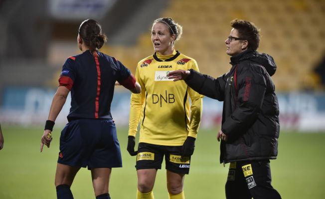 <p>FORTVILET: LSKs Isabell Herlovsen (i midten) snakker med dommeren og trener Monica Knudsen etter kampslutt.<br/></p>